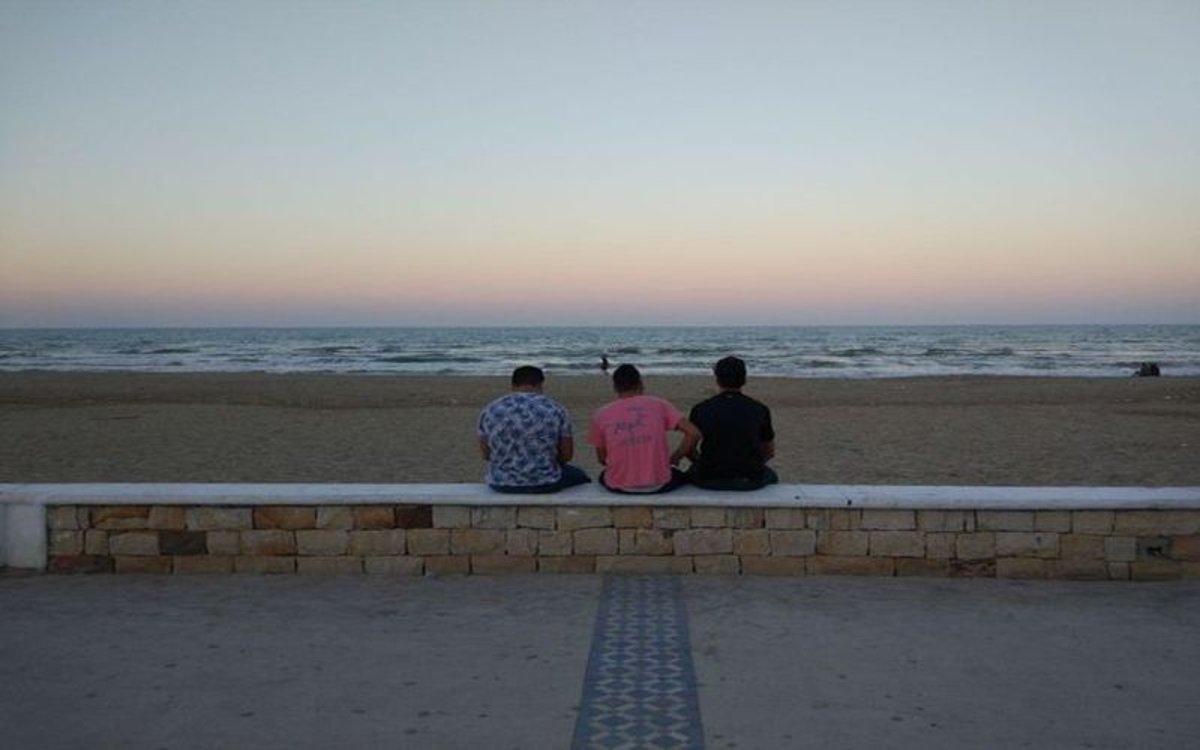 Jovenes marroquíes en las costas de su país.