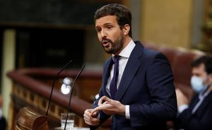 Casado critica que Sánchez elogie la República, que dividió a españoles.