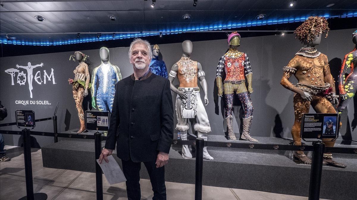 Neilson Vignola, director de creación del Cirque du Soleil, posa junto a algunos vestidos de 'Totem' expuestos en el Museu del Disseny de Barcelona.