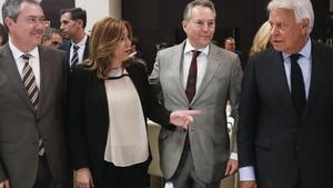 La presidenta de Andalucía, Susana Díaz, conversa con el expresidente del Gobierno Felipe González.