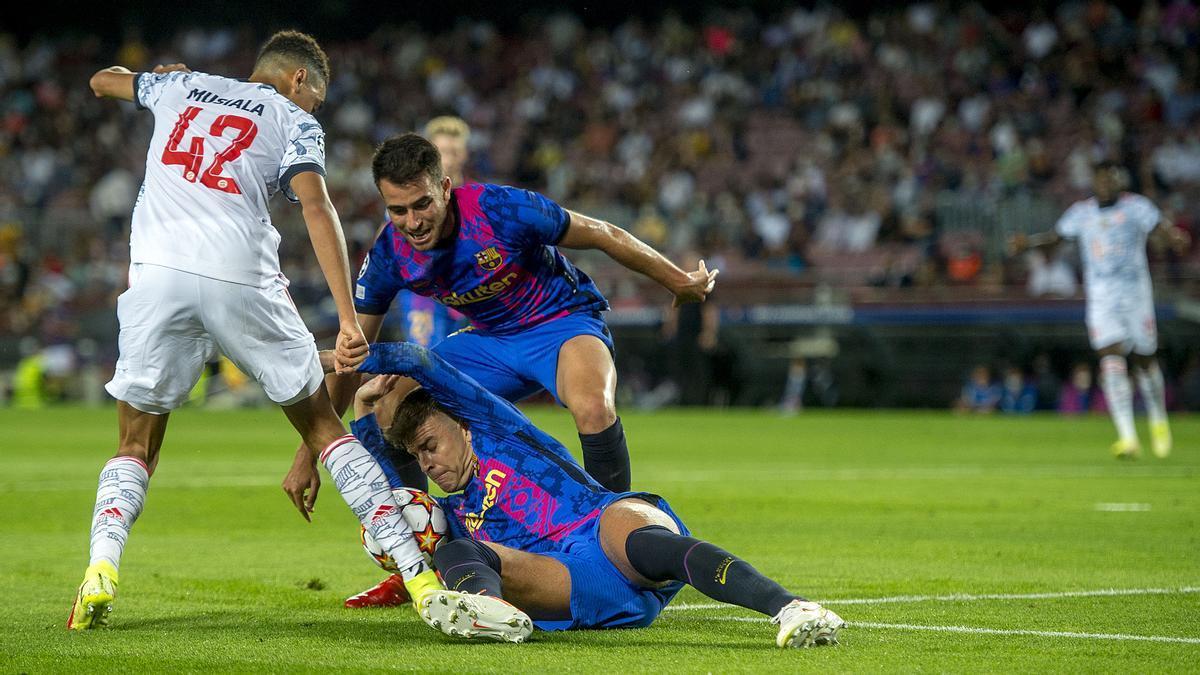 Piqué y Eric García defiende el balón ante la presión de Musiala