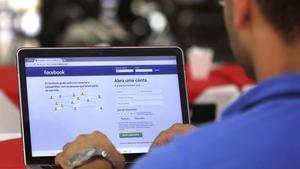 Un hombre entra en su página de Facebook en un restaurante en Brasilia.