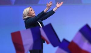 Le Pen se dirige al público durante el acto de Reagrupación Nacional en París.