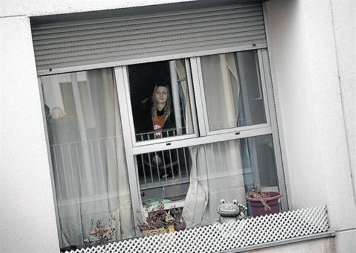 Angustia 8Zara, la mujer de Fernando Encinas, en su casa, a la hora fijada por el deshaucio, ayer.