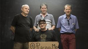 De izquierda a derecha Antonio Medina, Joan Granja, Davide Andreoliy Manuel Puerta (con gorra), en la sede de Arrels.