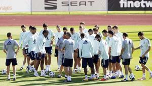 Luis Enrique se dirige a los internacionales españoles en el entrenamiento de este viernes.