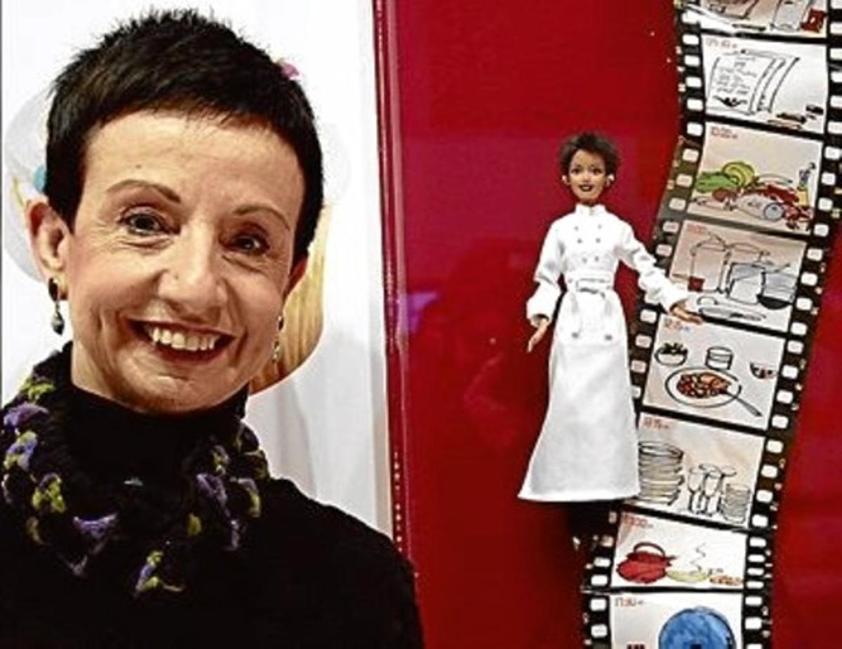 Carme Ruscalleda posa, ayer, con sus dibujos y su Barbie cocinera, vestida por Ramon Ramis.