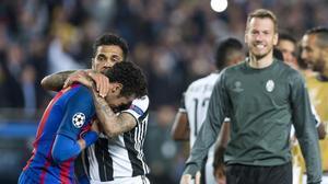 Alves consuela a Neymar, que llora al final del partido en el Camp Nou.