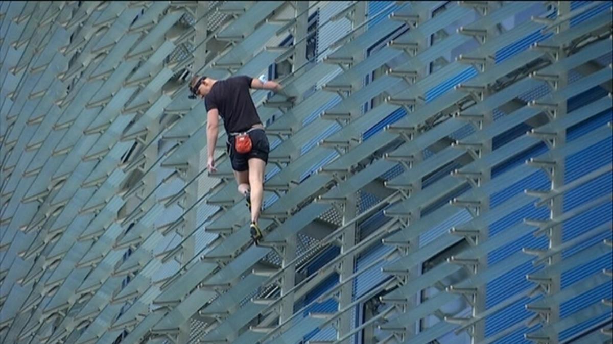Un hombre escala la Torre Glories acompanado de un dron FOTO TV3