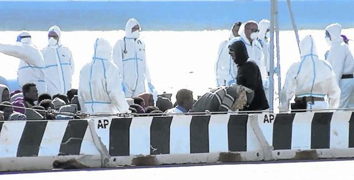 Inmigrantes rescatados a su llegada al puerto de Messina, en Sicilia, el sábado.
