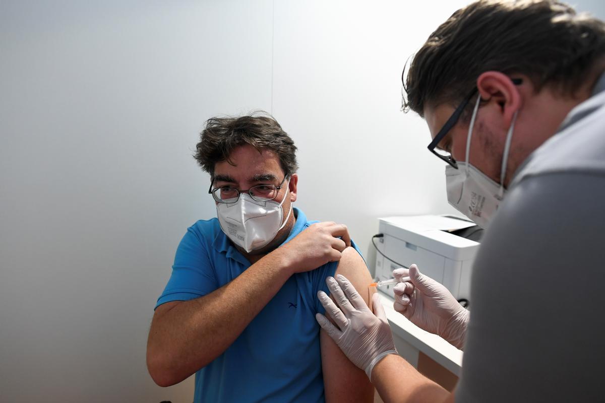 Un hombre recibe una dosis de vacuna anticovid en Alemania.