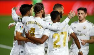 Los jugadores del Madrid celebran el gol de penalti logrado por Ramos ante el Getafe.
