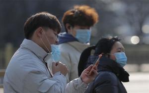 Ciudadanos chinos se protegen delcoronavirus de Wuhan.