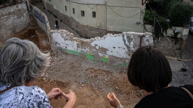 Derruida una parte del camino antiguo de València en el Poble Sec