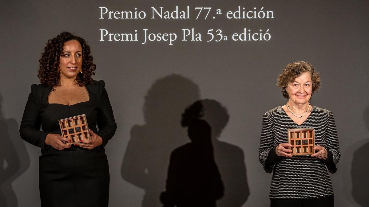 Najat El-Hachmi con su premio Nadal y Maria Barbal, con el Josep Pla, este miércoles en el Hotel Palace.