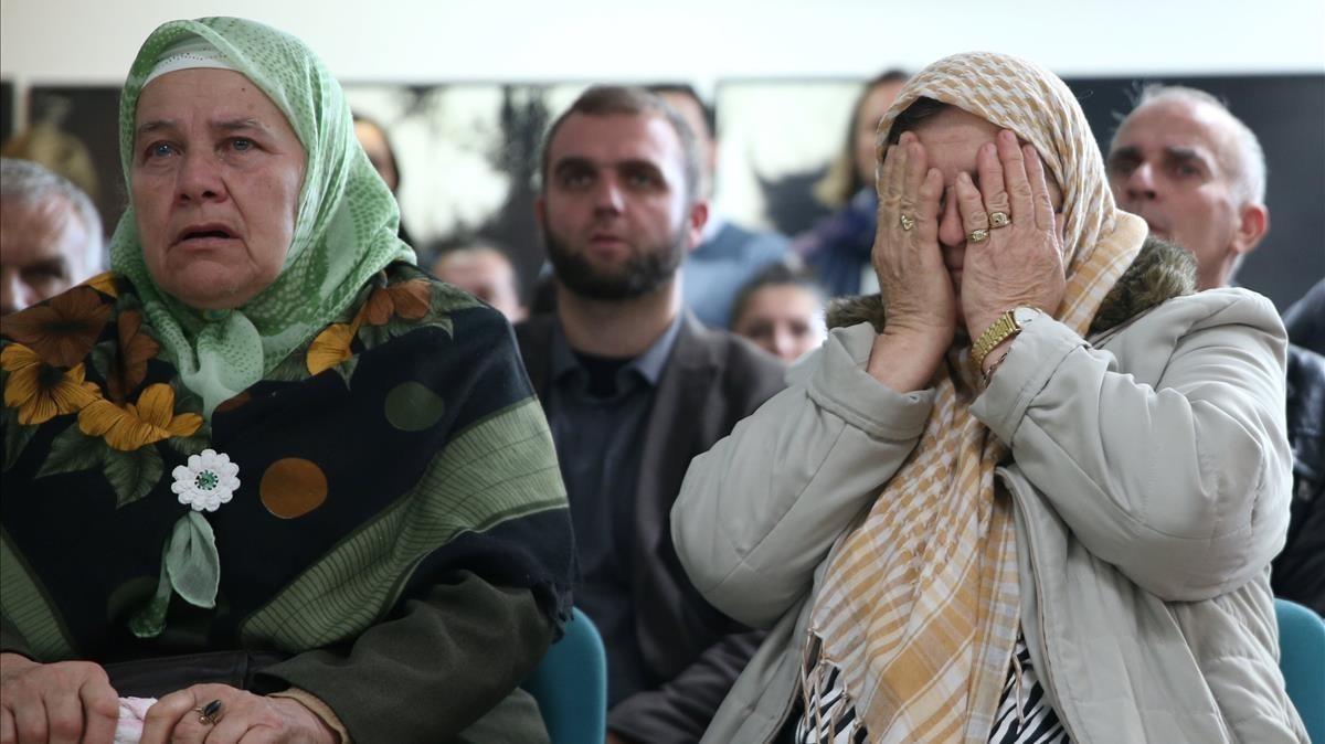 Las mujeres reaccionan emocionadas tras conocer la sentenciacontra Ratko Mladic en el Memorial Center Potocari cerca de Srebrenica, (Bosnia y Herzegovina).