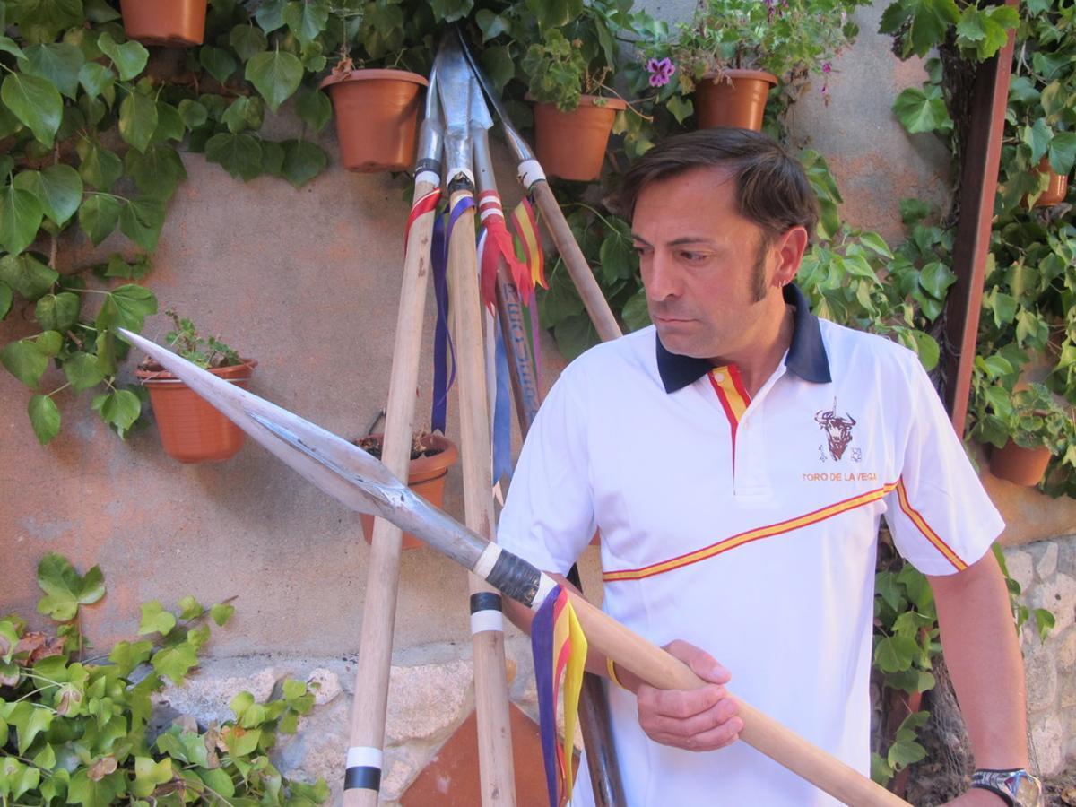 José Antonio Rico Ovejero, en el patio de su casa, con algunaslanzas de su colección.