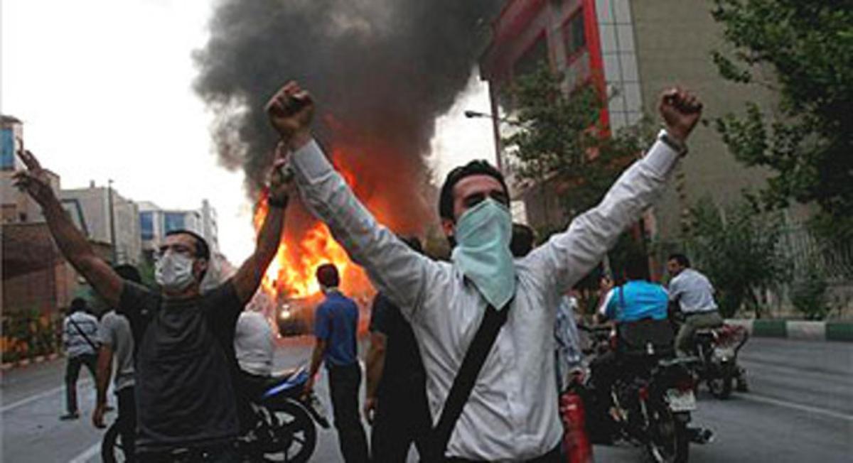 Seguidores de Musavi incendian un autobús en una calle de Teherán en protesta por los resultados electorales.