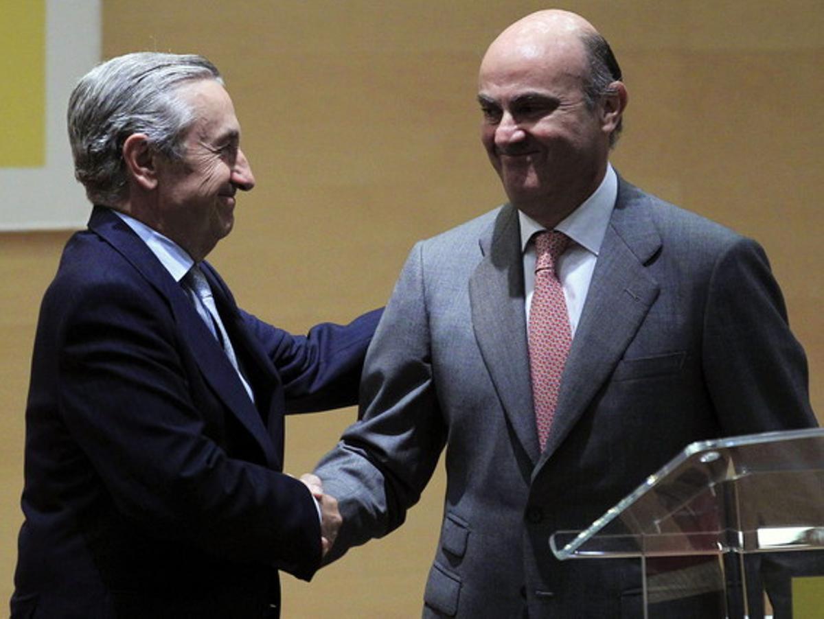 Guindos felicita al presidente de la Comisión Nacional de Mercados, José María Marín Quemada, en la toma de posesión de cargo en el 2013.
