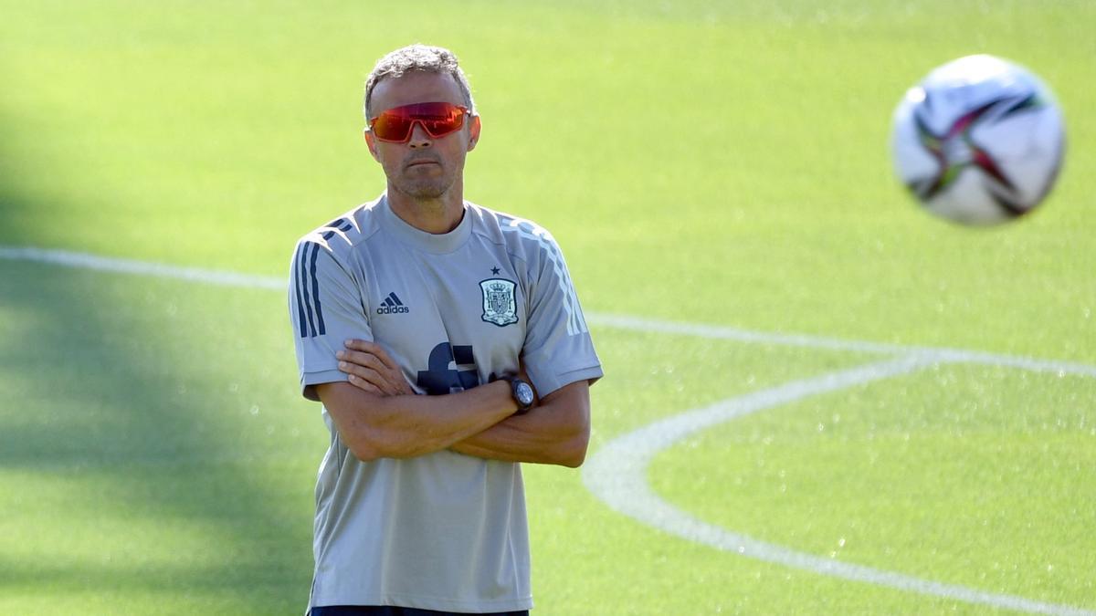Luis Enrique observa el último entrenamiento previo al España-Georgia.