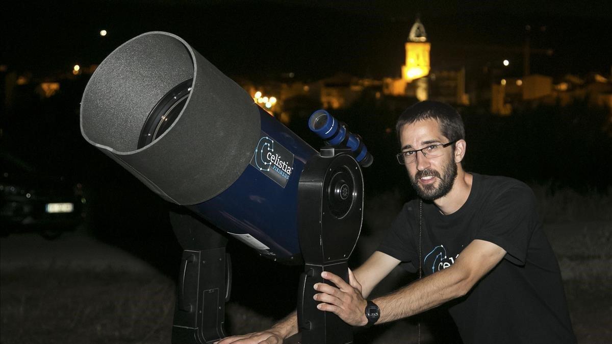 El astrofísico Kike Herrero, con su telescopio y a punto de iniciar una de sus sesiones divulgativas sobre el cielo nocturno del Pallars.