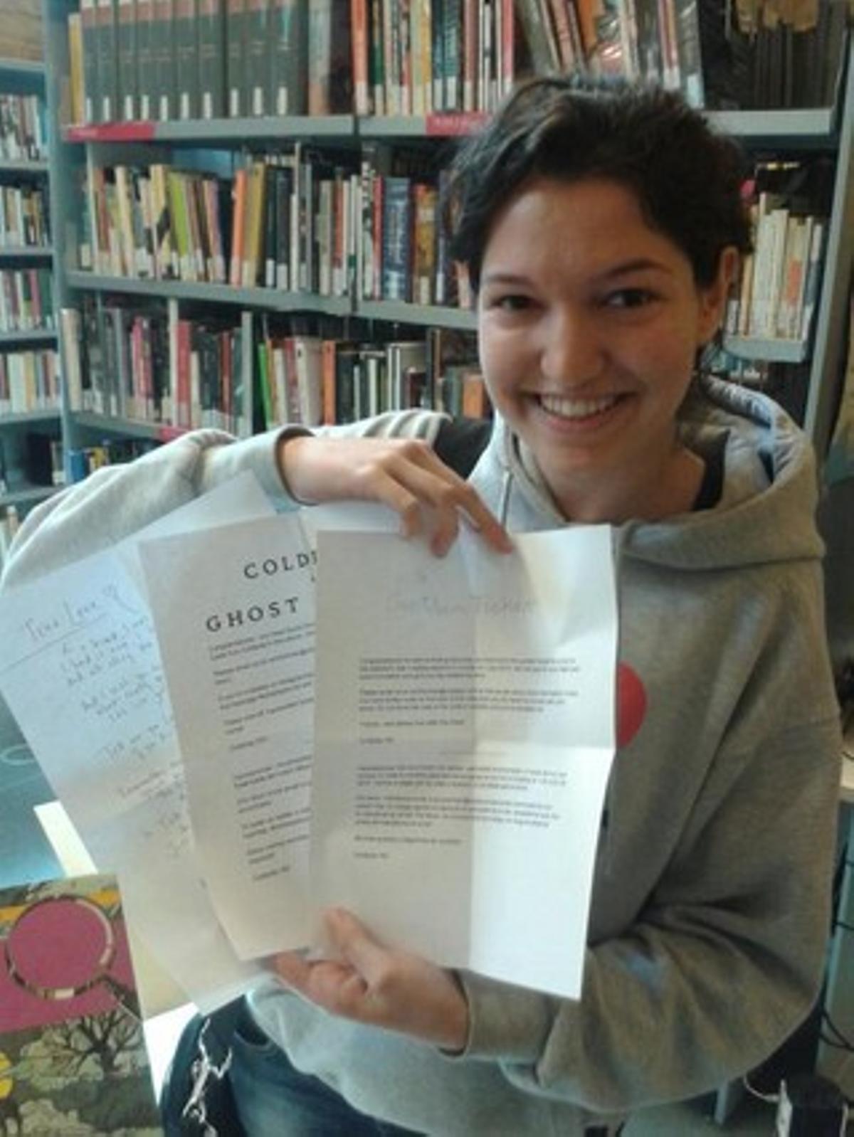 La estudiante catalana de 19 años Judith Garriga, con la letra de la canción 'True love'