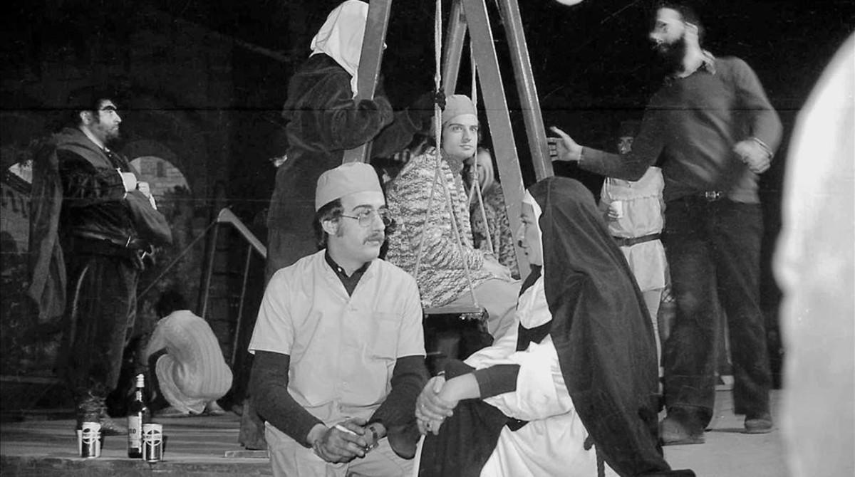 Los actores del Tenorio de 1976, en un receso durante los ensayos.