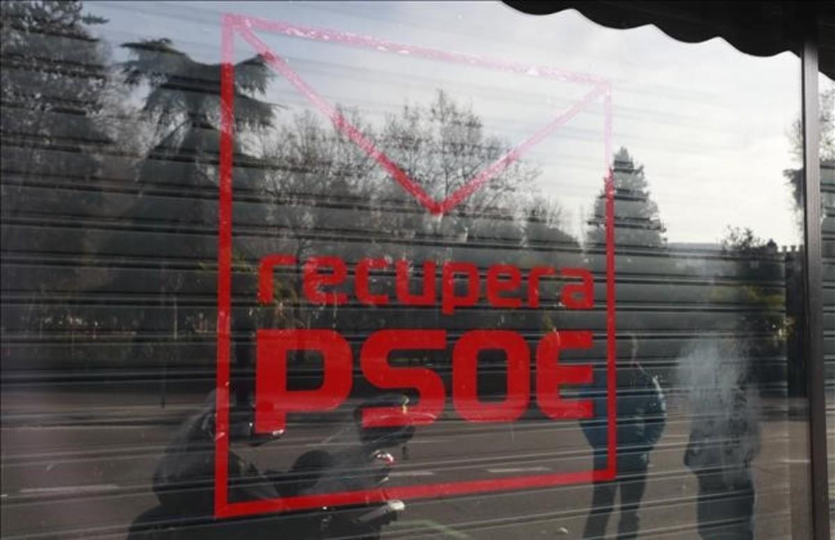 Logotipo de la plataforma crítica 'Recupera PSOE' en la fachada de su sede en la calle de Ferraz de Madrid.
