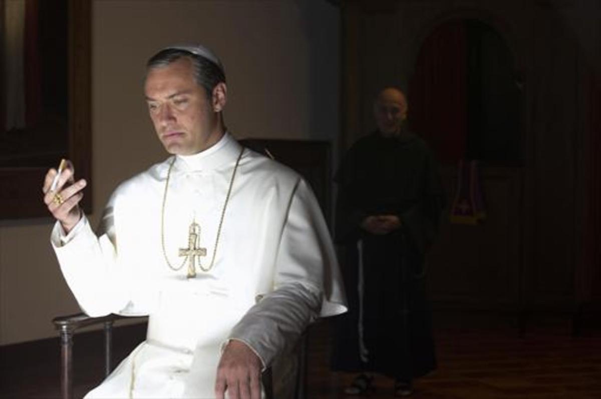 Jude Law en un fotograma de la serie 'The young pope', que emite HBO.