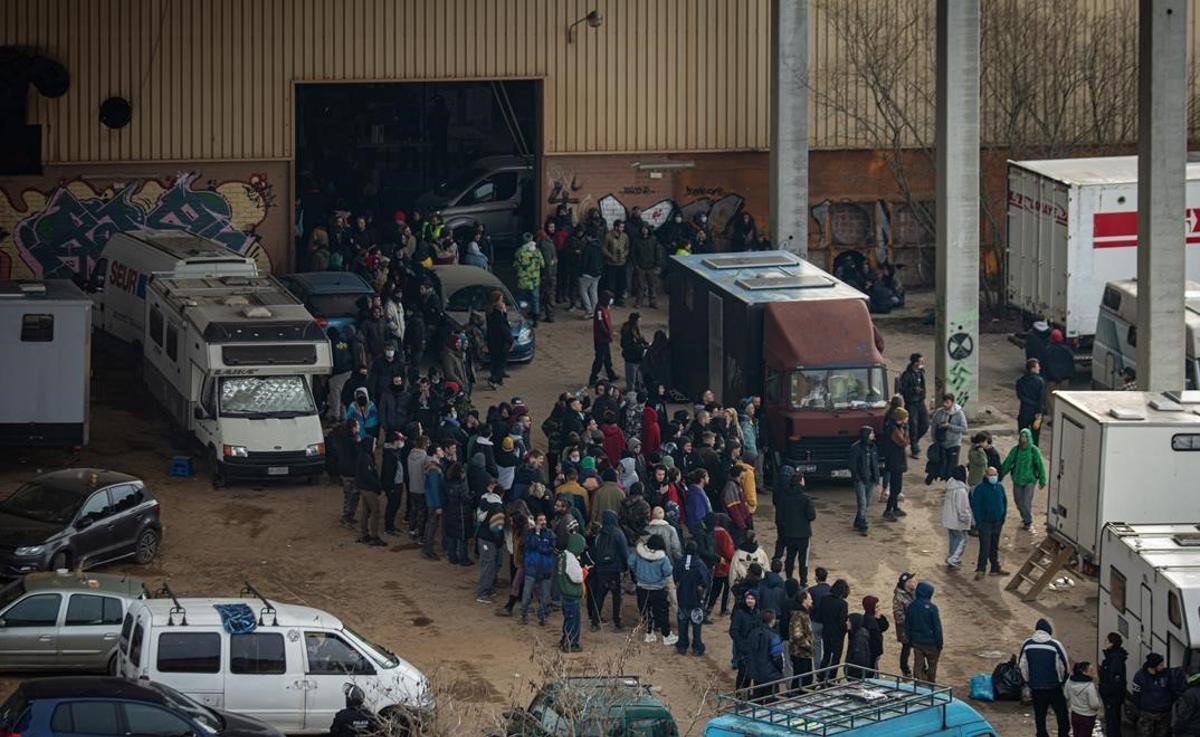Los Mossos desalojan a los participantes de la rave ilegal de Llinars.