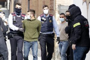 Dos de los detenidos por los disturbios del sábado, en la nave okupada de Mataró, este lunes.