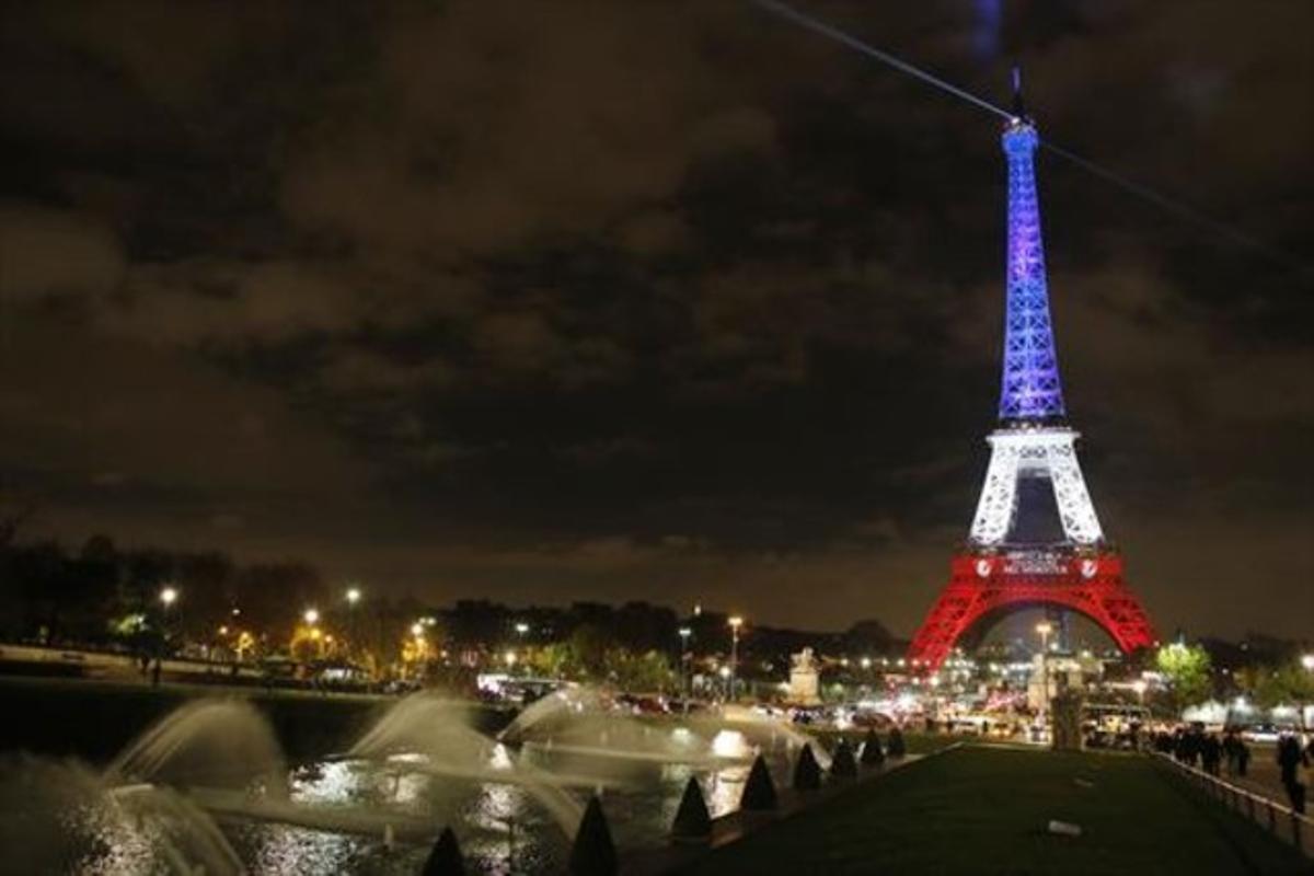 La Torre Eiffel iluminada con los colores de la bandera francesa.