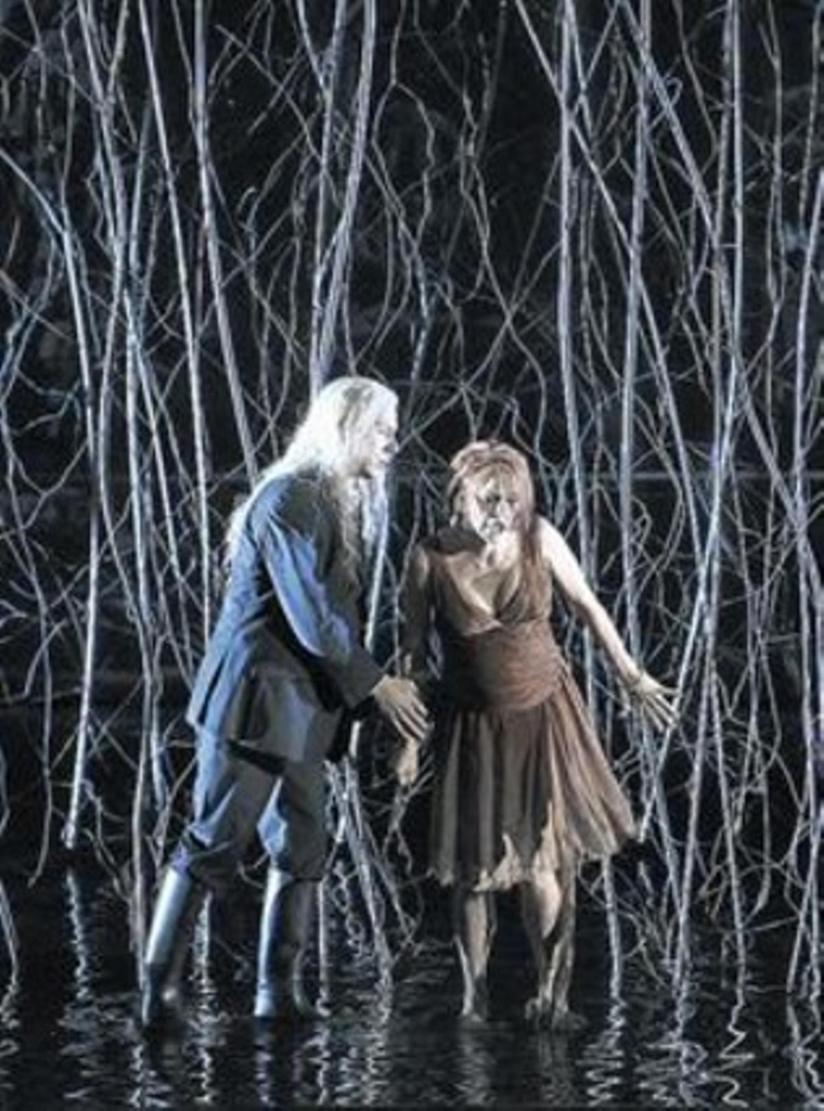 Los protagonistas de la ópera, en el lago de aguas muertas, elemento central.