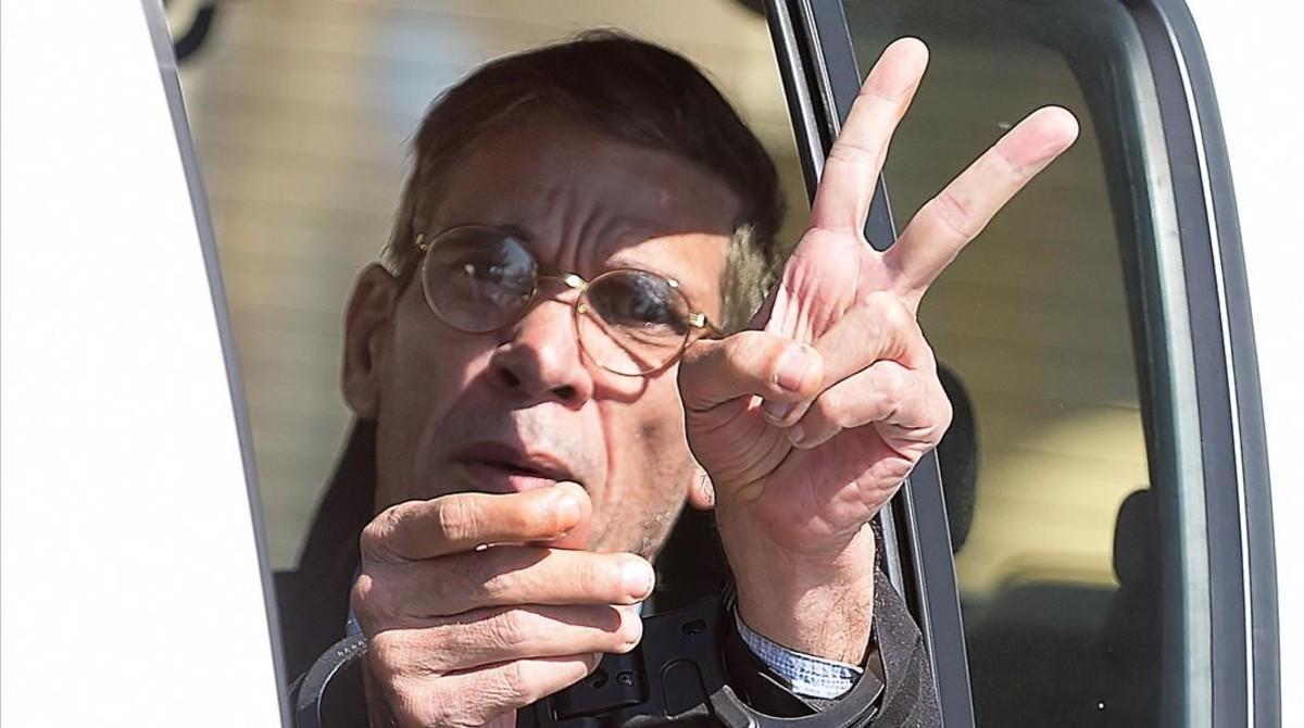 Seif Al Din Mohammed Mustafa, el secuestrador del avión de EgyptAir, haciendoel signo de la victoria al salir de los tribunales el pasado miércoles.