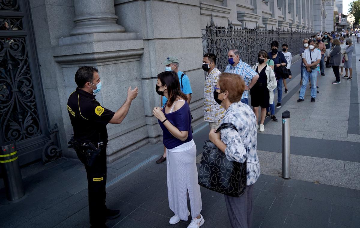 Colas de personas para cambiar pesetas por euros en el Banco de España.