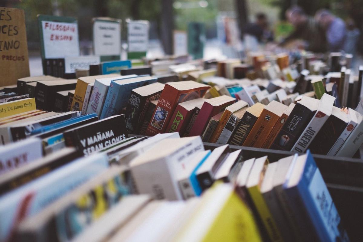 Libros a la venta en un puesto callejero.
