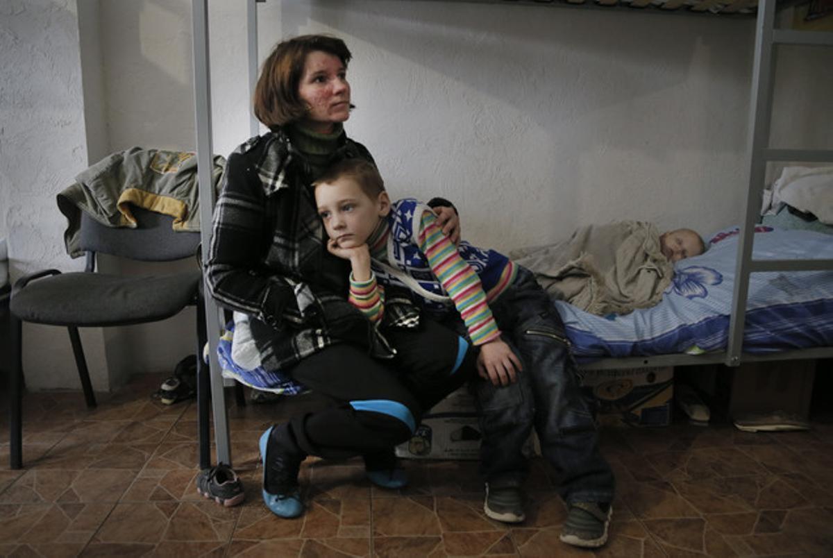 La desplazada Natalya Barakhlenko y sus hijos en un hostal para refugiados internos.