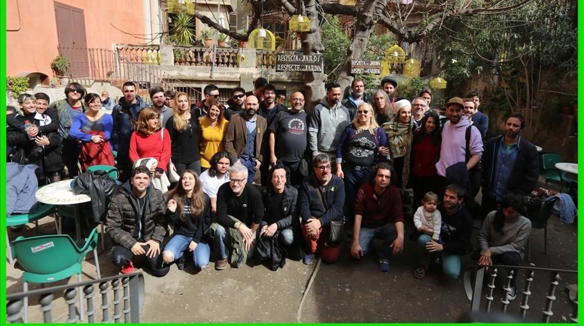 Foto de familia de la plataforma No Callarem en el Antic Teatre.