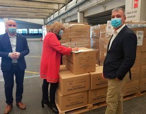 La presidenta de la Diputació, Núria Marín, y el vicepresidente, Jaume Collboni, recibieron las mascarillas de manos del subdelegado del Gobierno en Barcelona, Carles Prieto
