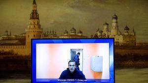 Fotografía del pasado 28 de enero en la que aparece Alekséi Navalni declarando ante el tribunal desde una cárcel de Moscú.