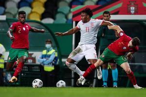 Adama Traoré (c) durante su primer partido con la selección española.