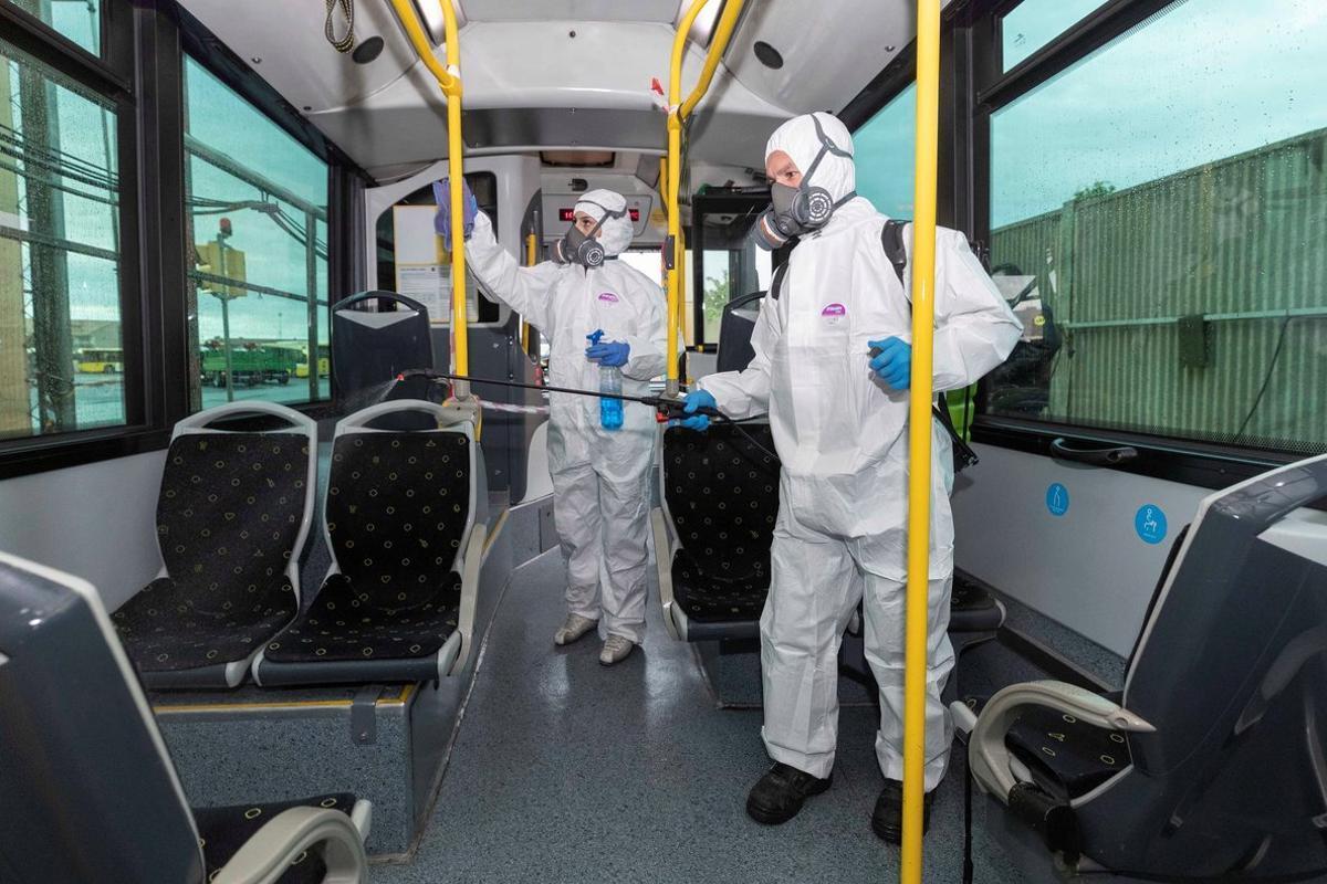 GRAF7800. MURCIA, 16/03/2020.- Dos trabajadores de una empresa de limpieza especializada desinfectan un autobús urbano de Murcia, para evitar el contagio del coronavirus, hoy en las cocheras de Latbus en Murcia. EFE/Marcial Guillén.