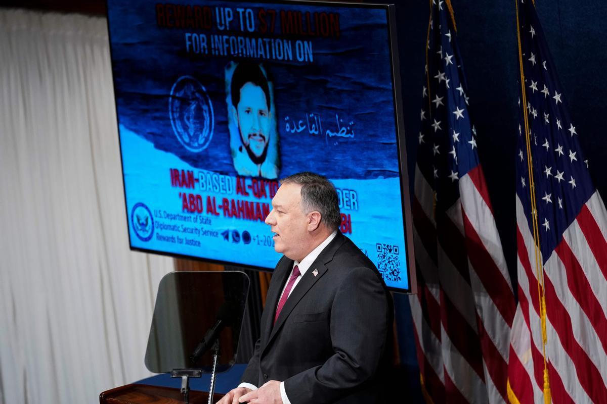 Mike Pompeo, con imágenes del supuesto número dos de Al Qaeda, durante su conferencia en Washington.
