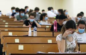 Estudiantes realizando las pruebas de la EVAU