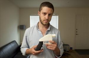 Cody Wilson posa con un arma de plástico generada con una impresora 3-D.