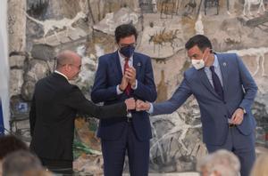 El presidente del Gobierno, Pedro Sánchez, saluda al nuevo secretario general de la Presidencia, Fran Martín Aguirre (i), en presencia del director de Gabinete, Óscar López (d), este 28 de julio en el acto de toma de posesión de los nuevos altos cargos de la Moncloa.