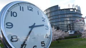 Un reloj frente al Parlamento Europeo.
