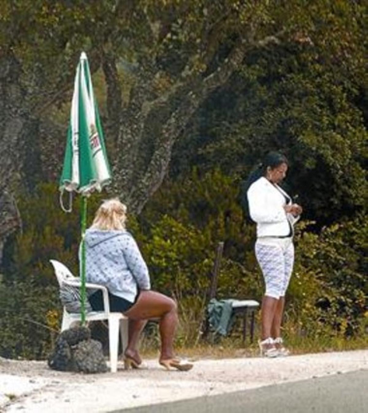 Dos prostitutas en la N-II, entre los municipios de Vidreres y Tordera.