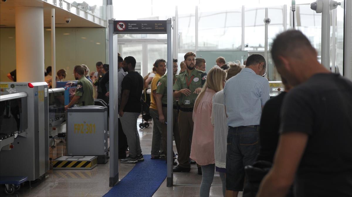 Vigilantes de Eulen en el control de seguridad de El Prat, el pasado viernes.