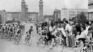 Los participantes de la Volta 1964, en la avenida Maria Cristina de Barcelona.